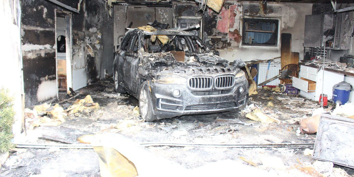Charleston crews extinguish vehicle fire in garage under West Ashley home