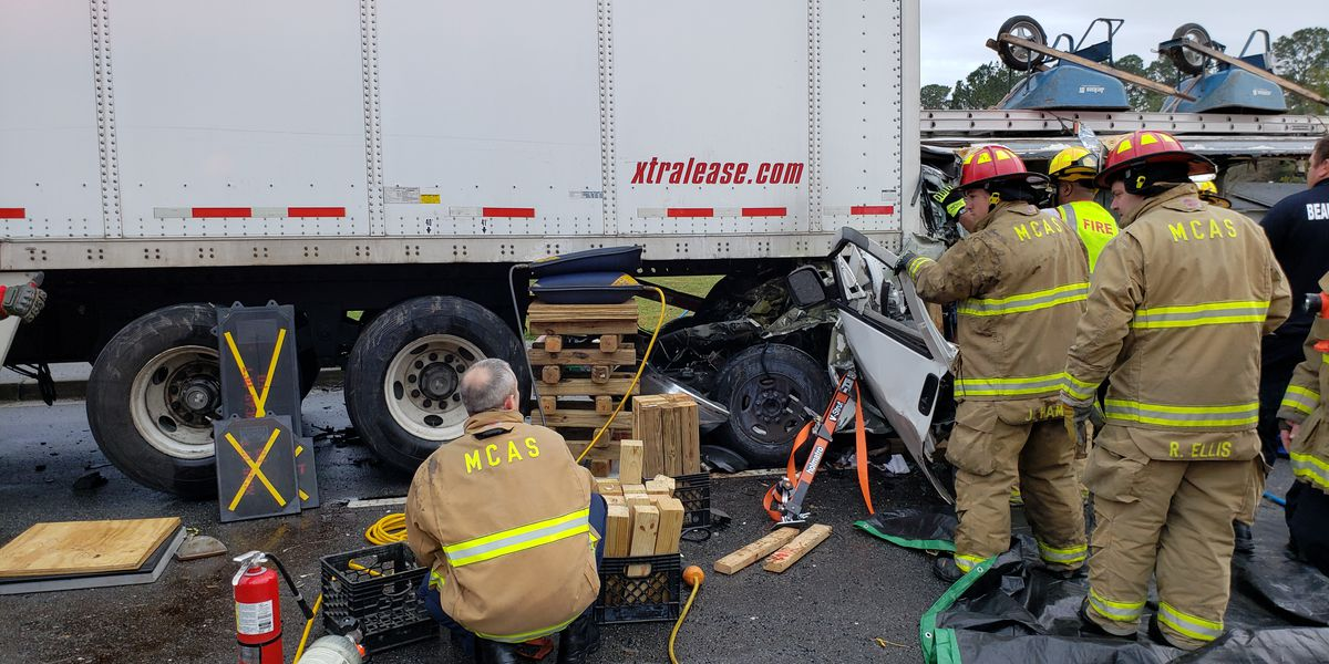 1 dead, 2 injured after vehicle wreck with tractor trailer in Beaufort Co.