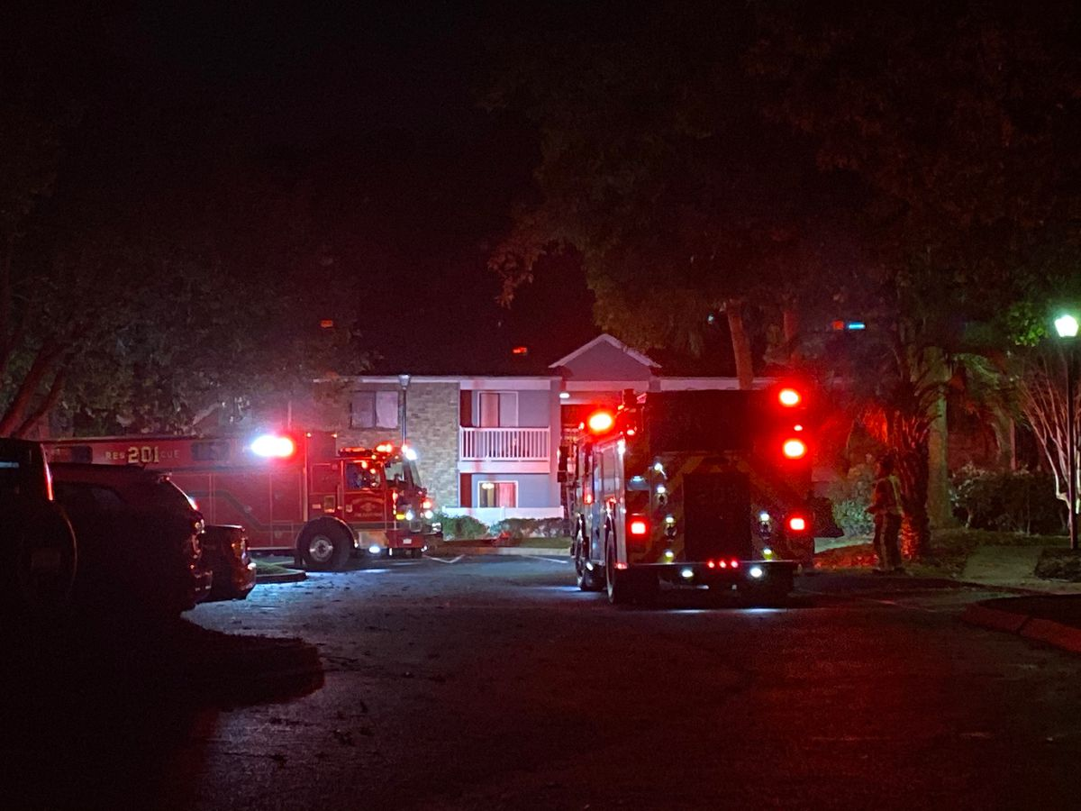 Crews put out North Charleston apartment fire
