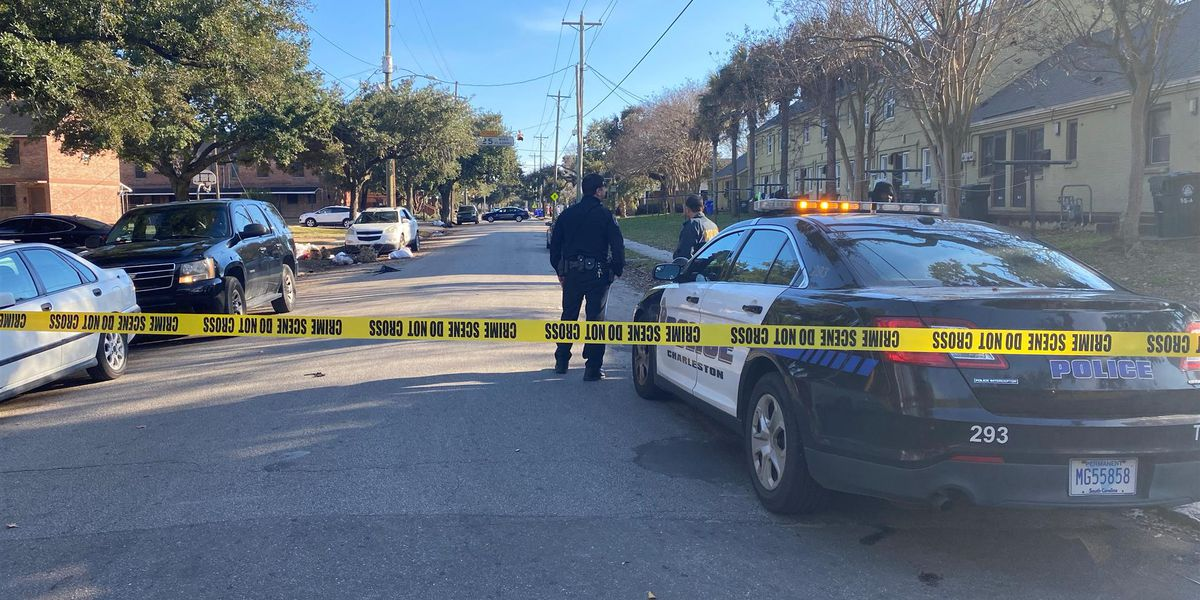 Police investigating shooting after victim shows up at Charleston hospital