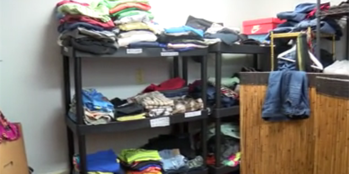 Volunteers help homeless veterans brace for the storm
