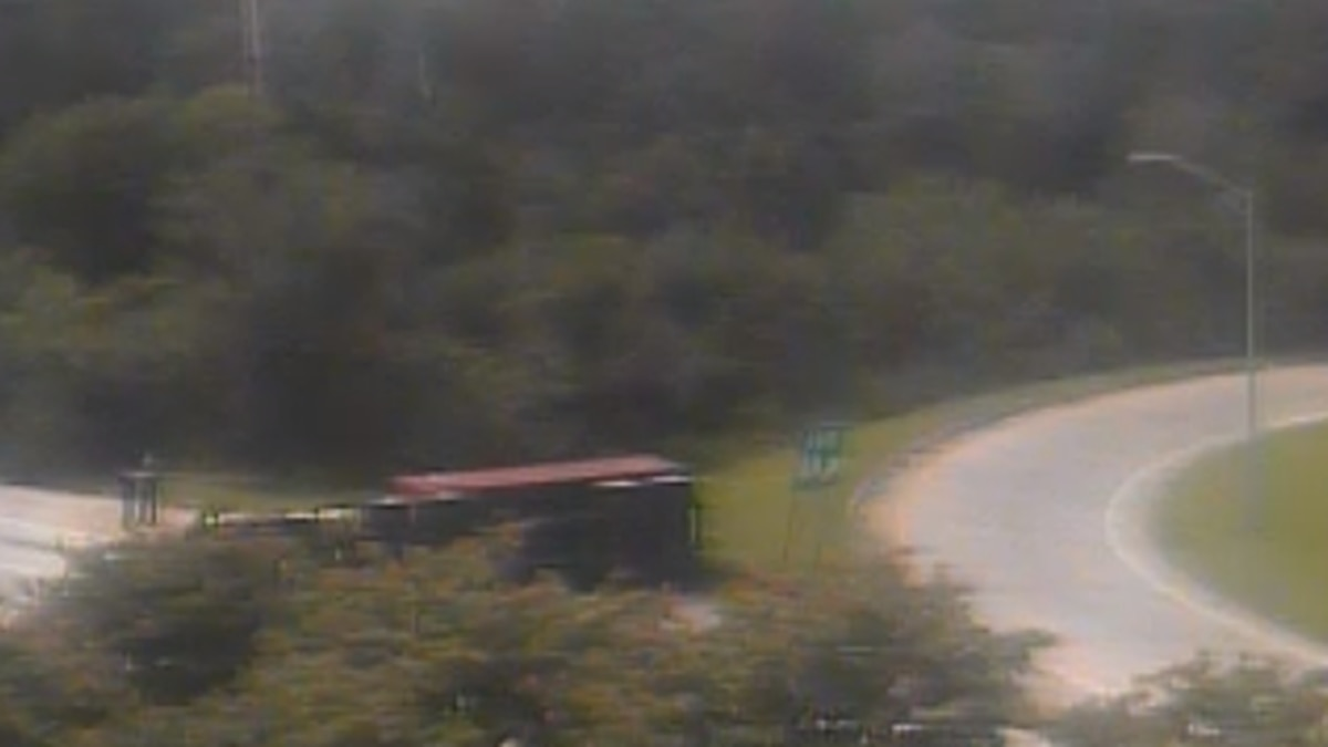 Overturned 18-wheeler causing traffic issues on I-526