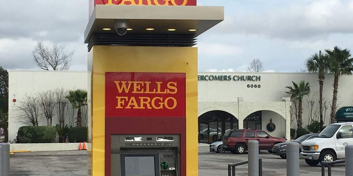 Police: Armored truck employees robbed while replenishing cash in ATM
