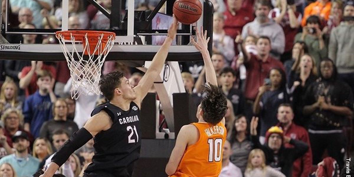 Kotsar, South Carolina rally to beat Tennessee 63-61