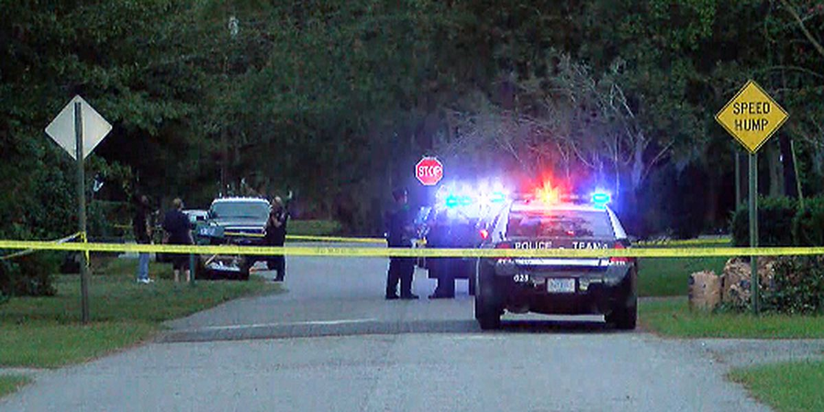 Charleston police searching for suspects after shooting sends 1 to the hospital