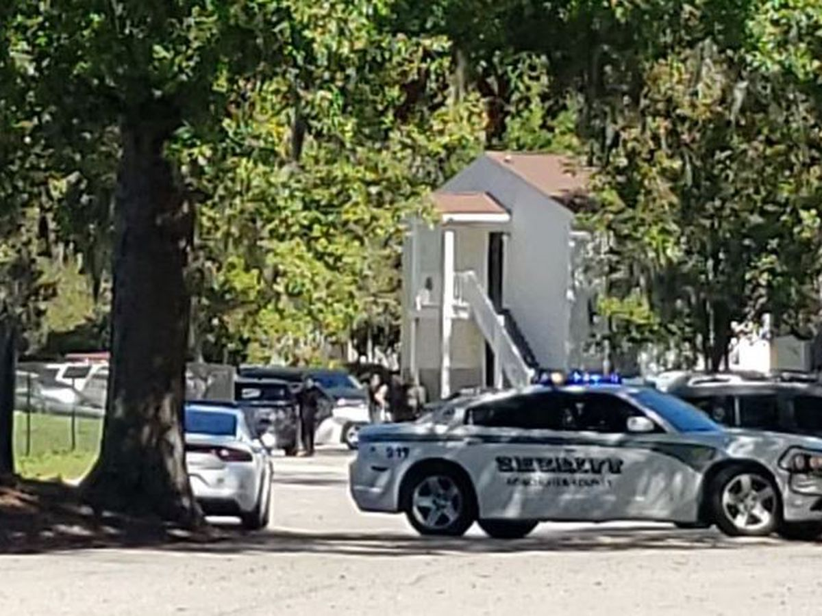 Man barricaded inside apartment at Dorchester Co. complex, deputies say