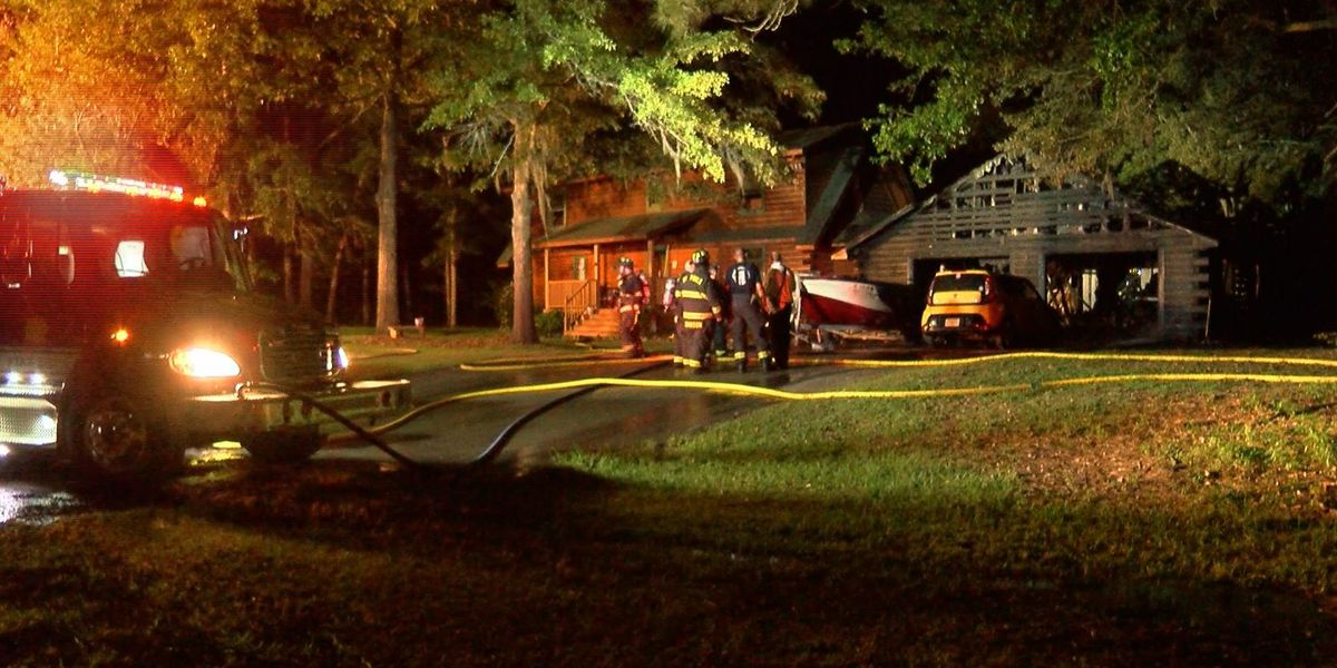 Crews extinguish garage fire at house in Ravenel