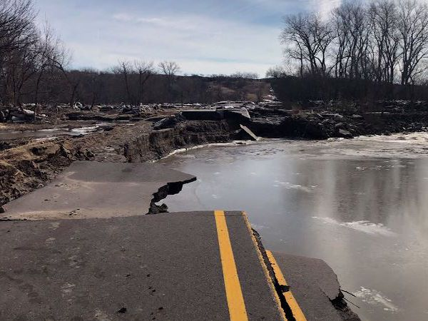 More evacuations in Midwest as floodwaters breaches levees